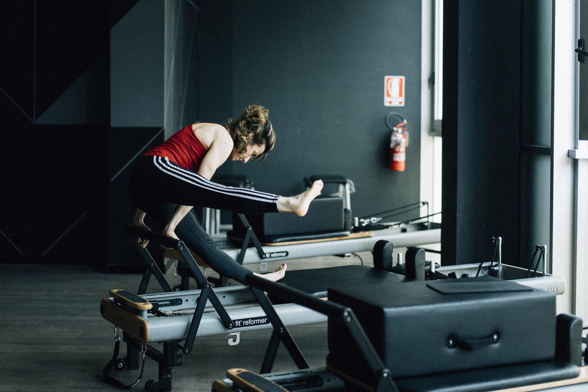 Insegnante di Pilates esegue esercizi